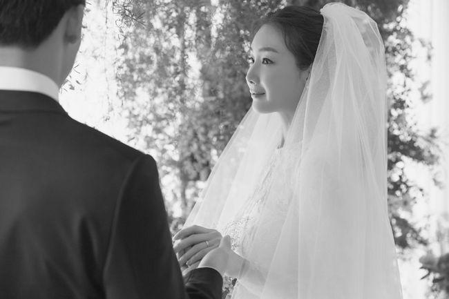 Lộ ảnh cưới hiếm hoi của nữ hoàng nước mắt Choi Ji Woo: Cô dâu xinh đẹp tựa thiên thần