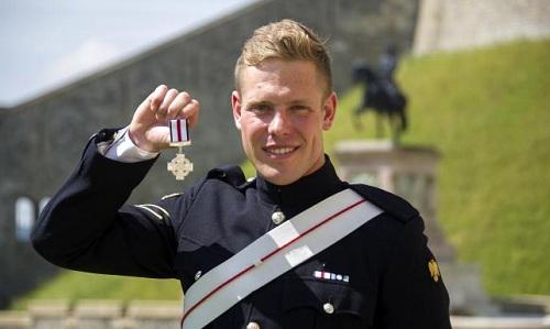 Hạ sĩ Anh bán huân chương anh hùng để trả tiền mua nhà
