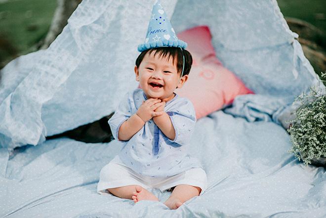 Con trai Khánh Hiền Tôi thấy hoa vàng trên cỏ xanh cười hết nấc trong tiệc thôi nôi ngoài trời