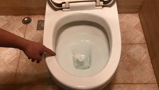 Thấy vợ dùng chai nhựa thông tắc bồn cầu chưa đầy một phút, chồng giật mình khi thấy kết quả