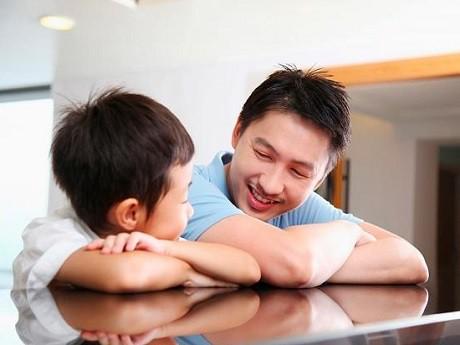 Bố ơi đừng xem điện thoại thoại nữa: Lời khẩn cầu của con, bố mẹ cần tự vấn lương tâm