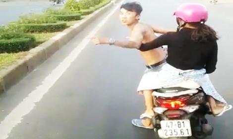 Phạt thanh niên đầu trần chở bạn gái chặn ôtô hơn 6 triệu