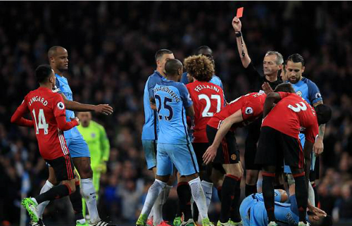 Trọng tài đuổi Fellaini tiếp tục bắt trận derby Manchester