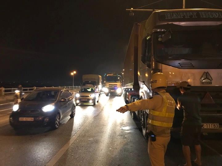 Ùn tắc giao thông kéo dài vì tài xế bỏ lại xe container giữa cầu Thanh Trì