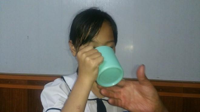 Vụ học sinh lớp 3 bị ép uống nước giặt giẻ lau bảng: Cô đếm 1,2,3 bắt uống, nếu không sẽ đổ vào mồm