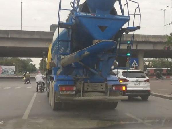 (Video) Hà Nội: Xe trộn bị Tào Tháo đuổi, vừa đi vừa vãi bê tông ra đường