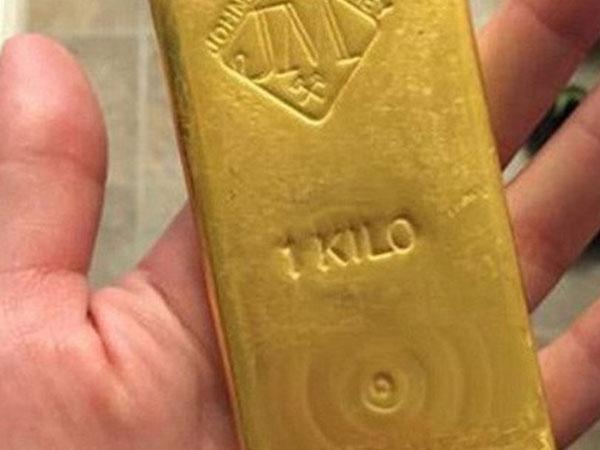 An ninh Tân Sơn Nhất tóm khách ngoại giấu 1 kg vàng trong cục xạc