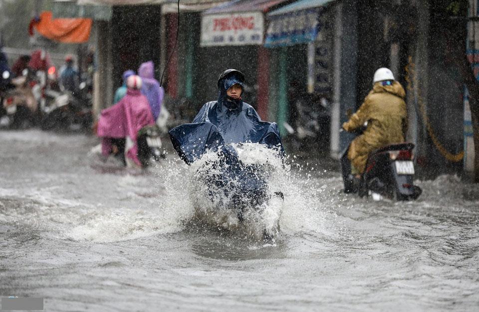 Huế mưa to ngập sâu, nước tràn vào nhà dân ở trung tâm thành phố