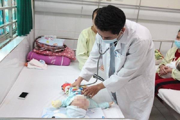 Hà Nội: Bé gái 8 tháng tuổi nhập viện sau khi bù nước bằng oresol và men tiêu hóa
