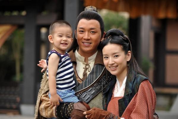 Một mình nuôi con, Chúc Anh Đài Đổng Khiết sống dựa vào gia đình bố mẹ đẻ