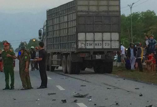Xe máy đâm xe tải, hai thanh niên tử vong