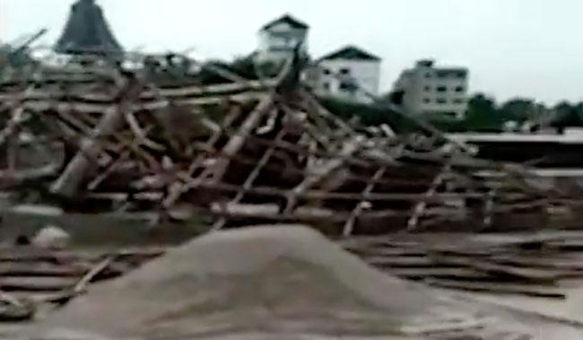 Tòa tháp 23 tầng ở Trung Quốc đổ sụp chỉ sau một cơn gió