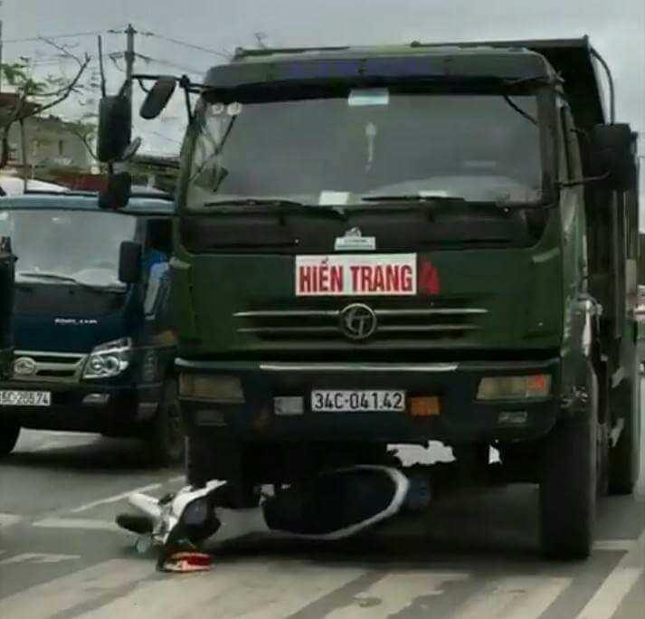 Xe tải tông nát xe cảnh sát giao thông ở Hải Phòng
