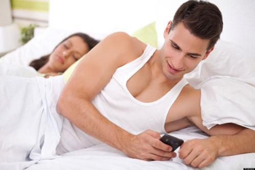 Chồng thề không cặp bồ dù vẫn nhắn tin và hẹn hò với người khác
