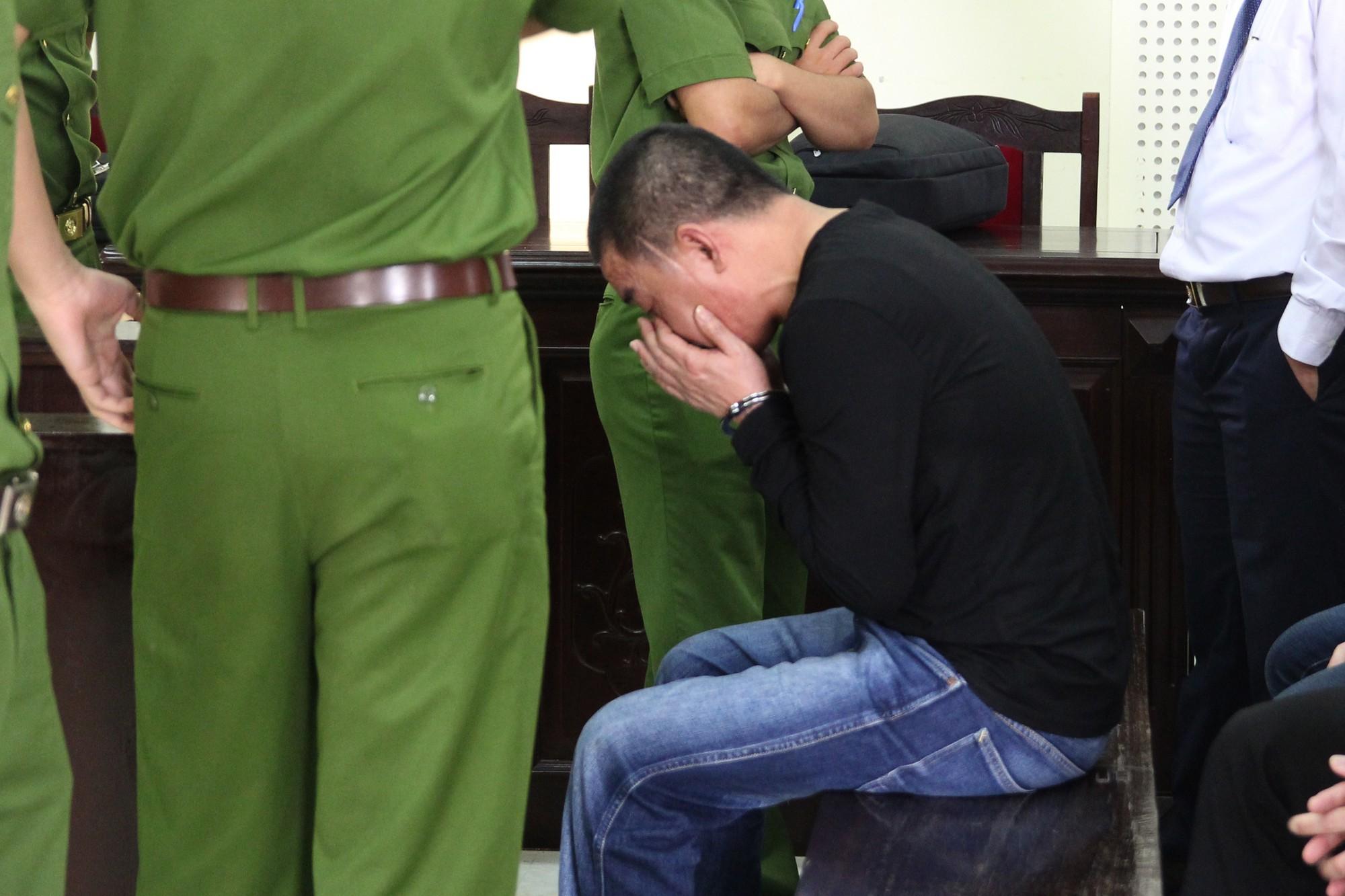 Trước khi bị tuyên tử hình, ông trùm 3 lần trốn trại vẫy tay từ biệt người thân