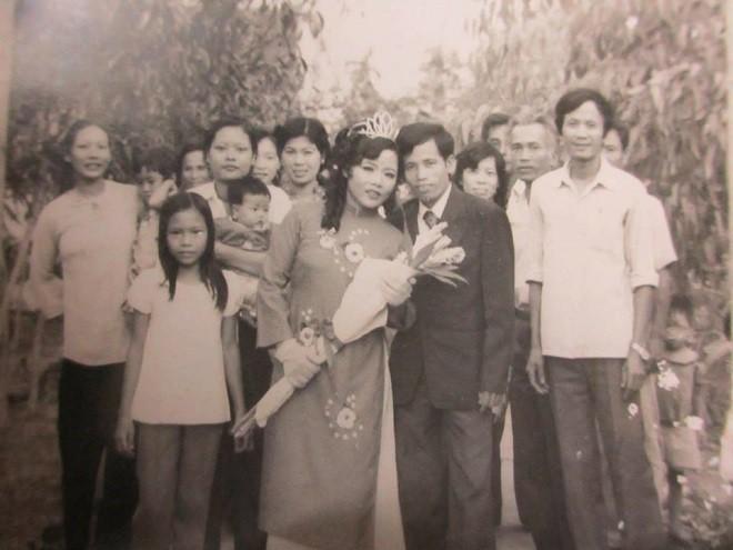 Ngắm ảnh cưới đã ố màu của bố mẹ mới thấy khi xưa xuân sắc mẹ mình cũng từng xinh đẹp biết bao
