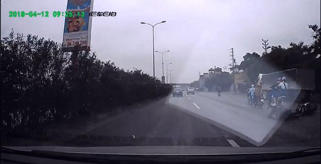 Hà Nội: Tránh xe ô tô đi ngược chiều, hai thanh niên suýt bị xe máy phía sau cán chết trên Quốc lộ 5