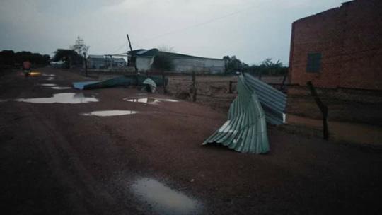 Mưa đá, lốc xoáy khiến hàng trăm ngôi nhà sập, nhiều người bị thương