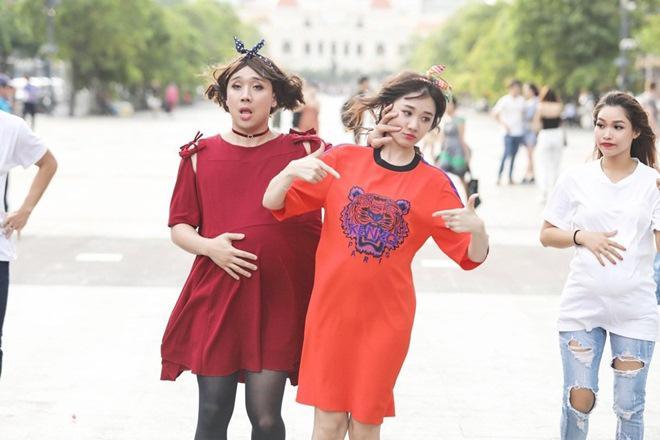 Vợ chồng Trấn Thành, Hoa hậu Kỳ Duyên vác bụng bầu giả làm loạn giữa phố