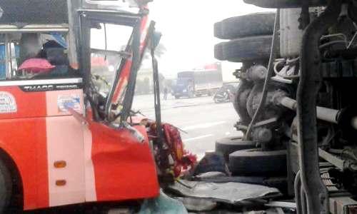 Xe khách đâm xe tải lật nghiêng trên quốc lộ