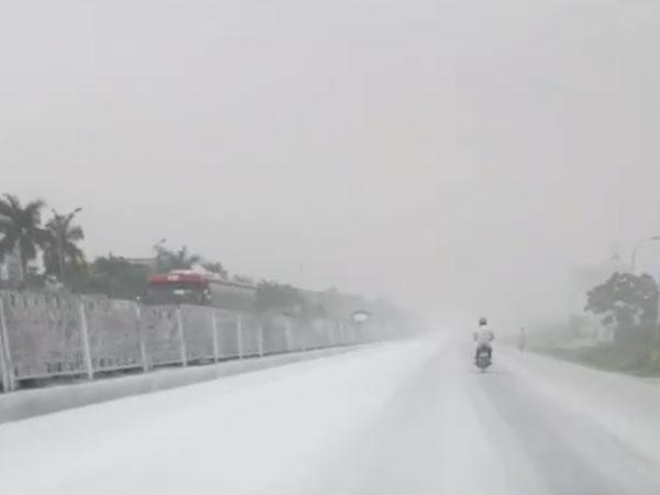 Hải Dương: Quốc lộ 5 bỗng dưng bị tuyết lạ phủ trắng xoá không rõ lý do
