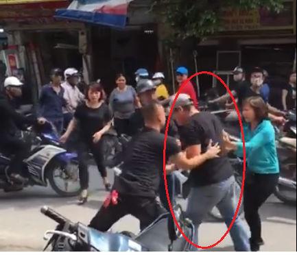 Nam thanh niên bị người đàn ông hành hung dã man, nằm bất động giữa đường phố Hà Nội
