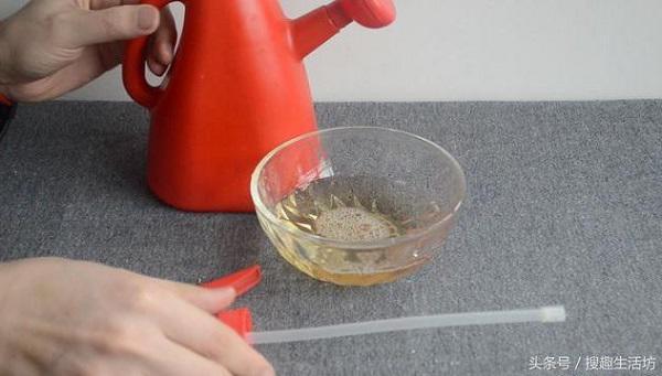Cô gái đổ muối vào lon bia thừa, không ngờ chế ra thứ hữu ích thế này