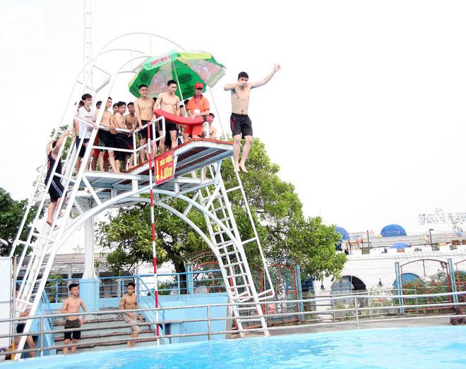 CV nước Hồ Tây giảm vé kịch sàn, người dân kéo đến ùn ùn nhân ngày Hà Nội nóng nực