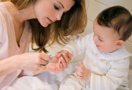 Hầu hết các bậc phụ huynh đều mắc phải 5 sai lầm kinh điển khi cắt móng cho trẻ