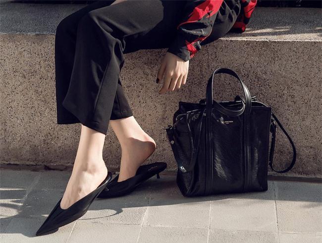 Chán giày cao gót, sao Việt chi hàng chục triệu cho kiểu dép... loẹt quẹt