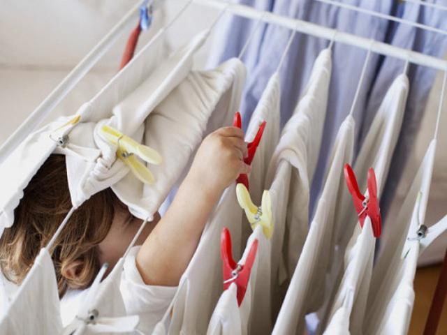 Bỏ ngay thói quen lộn trái quần áo khi phơi nếu không muốn rước bệnh vào người