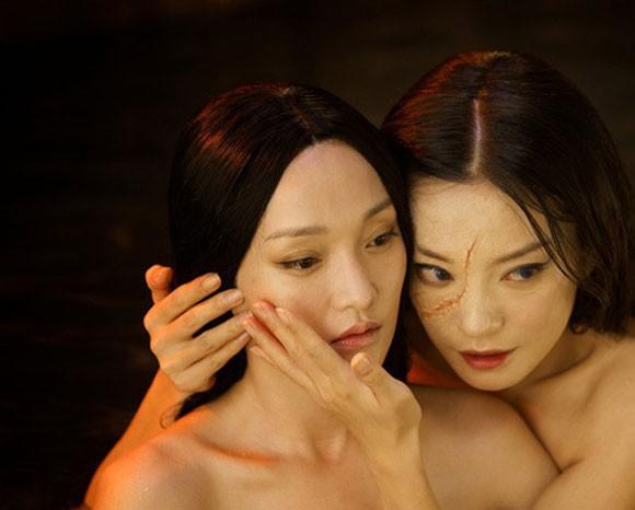 Sau bao năm dính tin đồn ghét bỏ nhau, Triệu Vy và Châu Tấn bất ngờ ôm ấp thân thiết