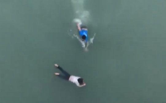 9X lao xuống sông cứu cô gái nhảy cầu tự tử