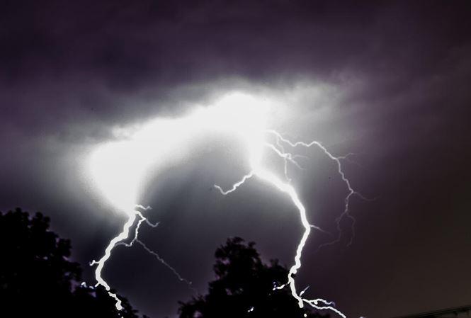 Trú mưa ở chòi ngoài rẫy, hai vợ chồng bị sét đánh tử vong