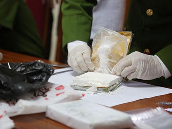 Tiền tỷ của nữ quái trong đường dây mua bán, tàng trữ 20 bánh heroin