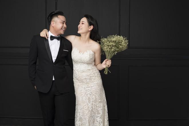 Hữu Công cực điển trai bên cạnh vợ sắp cưới xinh như hotgirl trong lễ ăn hỏi