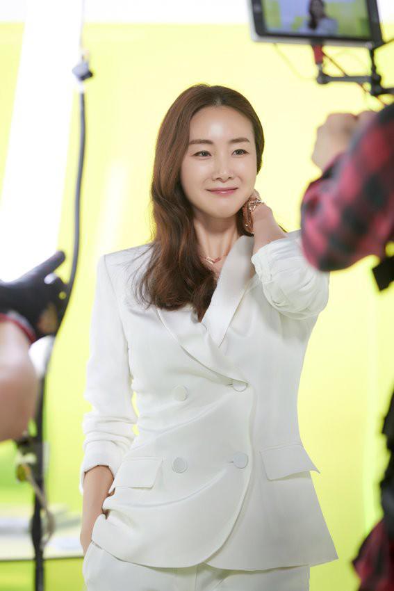 Chị Đại Choi Ji Woo đẹp xuất sắc trong loạt ảnh hậu trường sau đám cưới bí mật