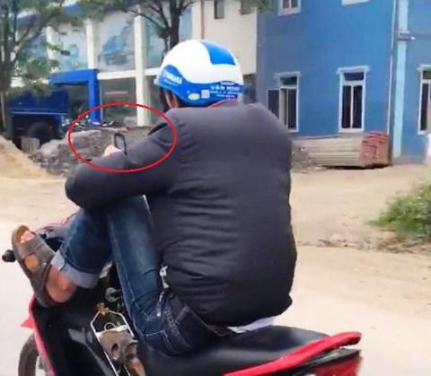 Clip: Nam thanh niên vừa lái xe máy bằng 2 chân vừa xem điện thoại trên QL.1A ở Nghệ An