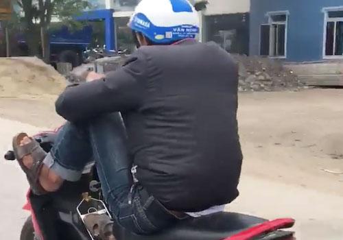 Thanh niên lái xe máy bằng chân bị cảnh sát triệu tập