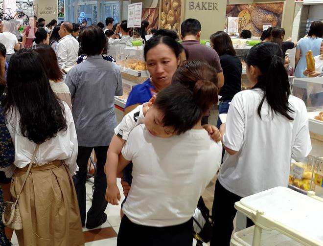 Hà Nội: Siêu thị kẹt cứng, người dân xếp hàng mua đồ ăn, trẻ nhỏ mệt nhoài ngủ gục trên vai cha mẹ