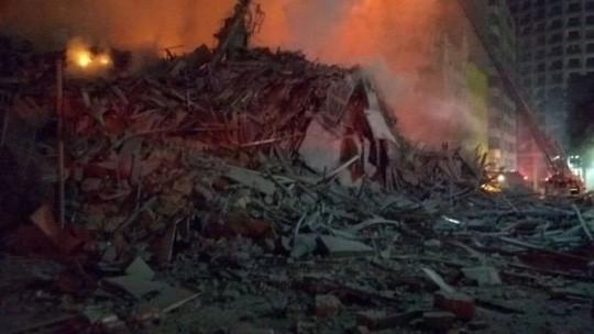 Cao ốc 26 tầng cháy ngùn ngụt rồi đổ sập