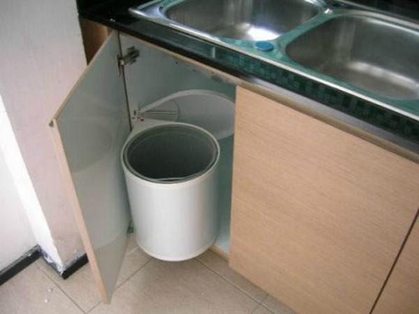 Biết những tác hại không ngờ này, bạn sẽ chẳng bao giờ đặt thùng rác trong tủ bếp nữa!