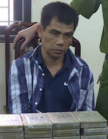 Cảnh sát bao vây kẻ mang súng, vận chuyển 12 bánh heroin
