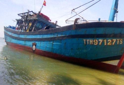 13 ngư dân thoát nạn khi tàu đánh cá bị đâm thủng