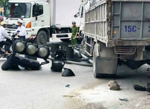 Xe tải ủi bay bốt gác CSGT, đâm xe máy khiến một người chết