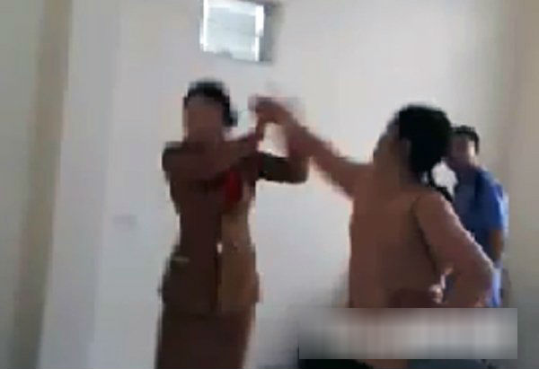 Clip: Chồng bị lôi kéo, vợ tìm tận nơi đánh sấp mặt trưởng nhóm Hội Thánh Đức Chúa Trời Mẹ