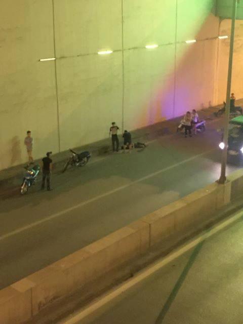 Clip: Nam thanh niên đi xe máy bị mất lái, bay từ trên cầu cao hơn 10m xuống hầm Kim Liên