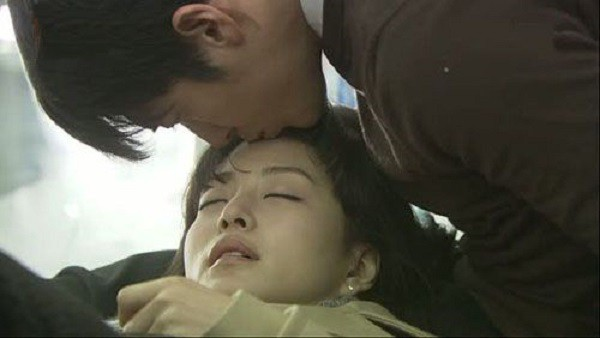 Nhìn ông nằm bên cạnh bà, cả nhà tôi đều không cầm được nước mắt