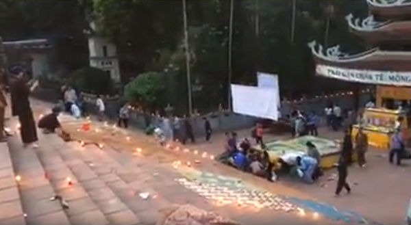 Clip: Hàng trăm người dân đổ xô hôi đồ cúng, cướp lộc ở chùa Hương