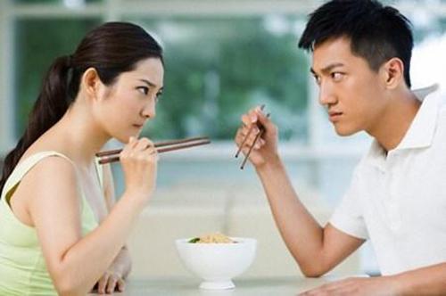 Uất tận cổ vì chồng vô tâm, ngồi xuống mâm cơm món nào ngon là ăn hết sạch